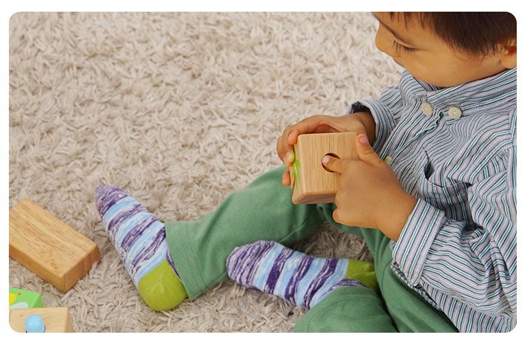 積み木で遊ぶ1歳の赤ちゃん