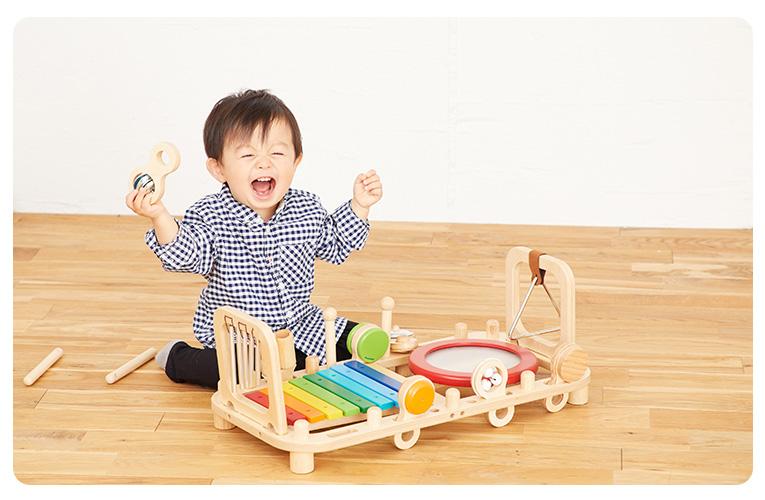音の鳴るおもちゃで遊ぶ赤ちゃん