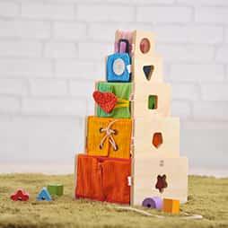 2歳の木のおもちゃランキング2位の多機能な指先知育が楽しめる木のおもちゃ「トレーニングキューブ」