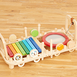 音の鳴るおもちゃランキング3位は9種類の音遊びが楽しめる人気の木のおもちゃメロディーベンチ&ウォールトイ