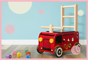 よちよち歩きの赤ちゃんにぴったりな木のおもちゃの手押し車
