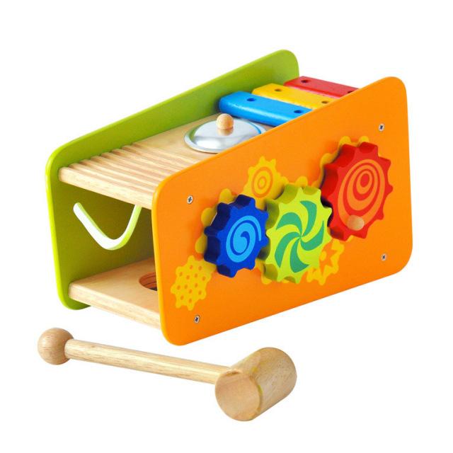 赤ちゃんが叩いたり楽しめる楽器遊びも掲載された木のおもちゃ