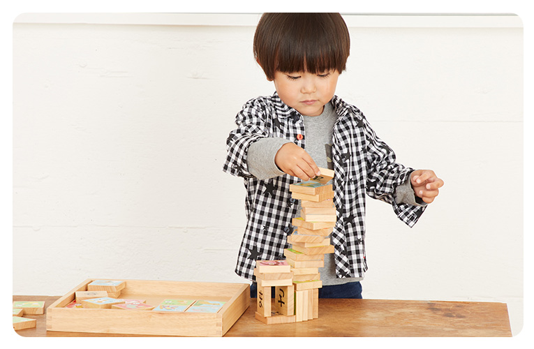 積み木を積み上げる子ども