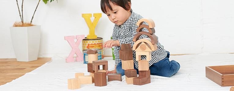 木のおもちゃで遊ぶ1歳の赤ちゃん